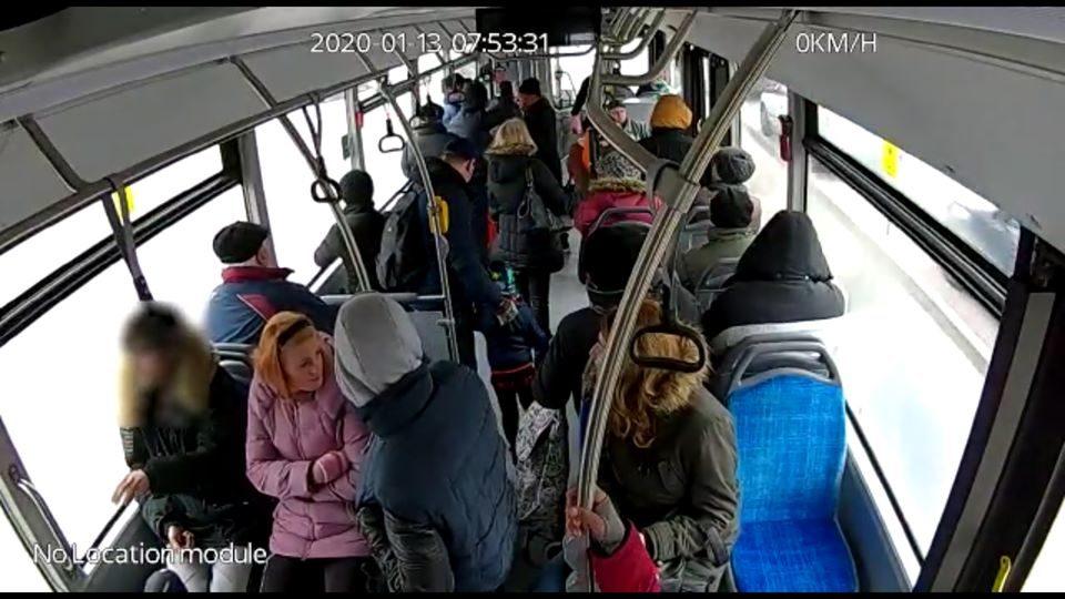 Primul mancator de seminte din noile autobuze RAT, prins cu ajutorul camerelor video